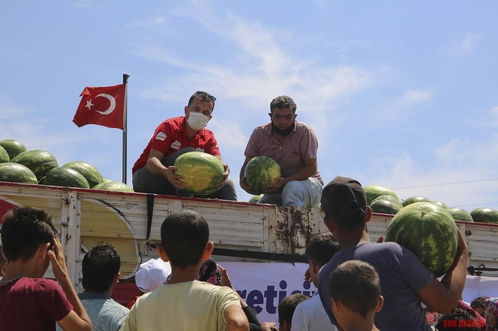Mağdur üreticiden karpuz alan Büyükşehir Belediyesi, halka ücretsiz dağıtıyor