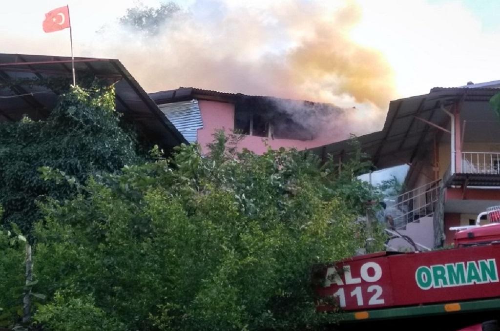 Feke'de bir ev alev alarak yandı