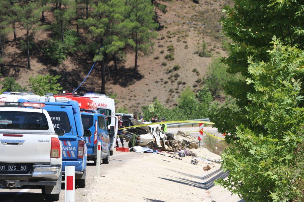 Kozan'da feci kaza 5 kişi hayatını kaybederken 1 kişi de yaralandı