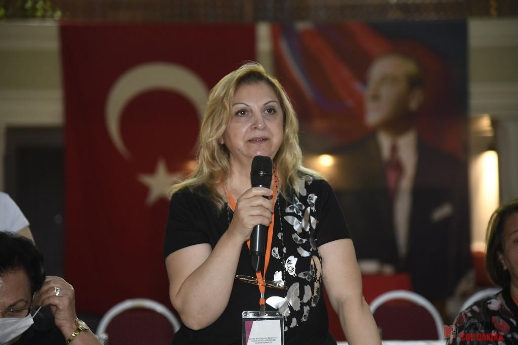 """Kamu ve sivil toplum örgütlerinin kadın temsilcileriyle buluşan Adana Büyükşehir Belediye Başkanı Zeydan Karalar, İstanbul Sözleşmesi'nin iptalini doğru bulmadıklarını belirterek """"Kadınlarımızın her alanda güçlenmesi için yanlarında olmaya devam edeceğiz"""" dedi.   Adana Büyükşehir Belediyesi Kadın ve Aile Hizmetleri Daire Başkanlığı tarafından düzenlenen ve kentteki kamu kurumları ile sivil toplum kuruluşlarından 50 dolayındaki kadın temsilcinin katıldığı 'Yarını Planlamak ve İş Birliği Alanları Arama Toplantıları'nın ilki gerçekleştirildi.  Adana Büyükşehir Belediye Başkanı Zeydan Karalar yarınları planlayan ve iş birliği arama alanları oluşturmak için bir araya gelen kadınlara destek verdi. KADINLARIMIZIN GÜÇLENMESİ İÇİN ÇALIŞMAYI SÜRDÜRECEĞİZ Büyükşehir Belediyesi 75. Yıl Sanat Galerisi'nde yapılan toplantıya Adana Büyükşehir Belediye Başkanı Zeydan Karalar ve Ceyhan Belediye Başkanı Hülya Erdem de katıldı. Moderatörlüğünü Prof. Dr. Gülşah Seydaoğlu'nun yaptığı toplantıda konuşan Başkan Zeydan Karalar, İstanbul Sözleşmesi'nin iptalinin doğru olmadığını söyledi. Başkan Zeydan Karalar, """"Sizlerin yanında olmaya geldik. Bizim desteğimizin sizinle olduğunun bilinmesini istedik. Adana Büyükşehir Belediyesi olarak her zaman kadınlarımızın yanındayız. Sosyal belediyecilik anlayışıyla yaptığımız bir çok işte kadınlarımızın güçlenmesini amaçladığımız görülüyor"""" diye konuştu.  EN GÜZEL MUHALEFETİ KADINLAR YAPIYOR Toplantıya katılan Büyükşehir Belediyesi Genel Sekreter Yardımcısı Türkan Eşli de,Türkiye'de en güzel muhalefeti kadınların yaptığını ifade etti. Türkan Eşli kadınların kendi güçlerinin farkına varmaları gerektiğini söyledi.  KAZANILMIŞ HAKLARIMIZ KAYBETTİRİLMEYE ÇALIŞILIYOR Oturumun moderatörlüğünü yapan Prof. Dr. Gülşah Seydaoğlu da günümüzde kadınların kazanılmış haklarının kaybettirilmeye çalışıldığını kaydederek kadınları bu konuda dirençli olmaya çağırdı.  Büyükşehir Belediyesi Kadın ve Aile Hizmetleri Daire Başkanlığı'nın yeni kurulduğunu belirten Daire Başka"""