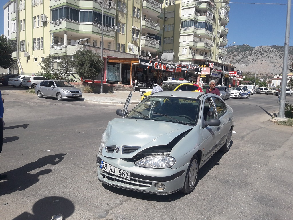 aynı yöde ilerleyen iki otomobilin çarpışması