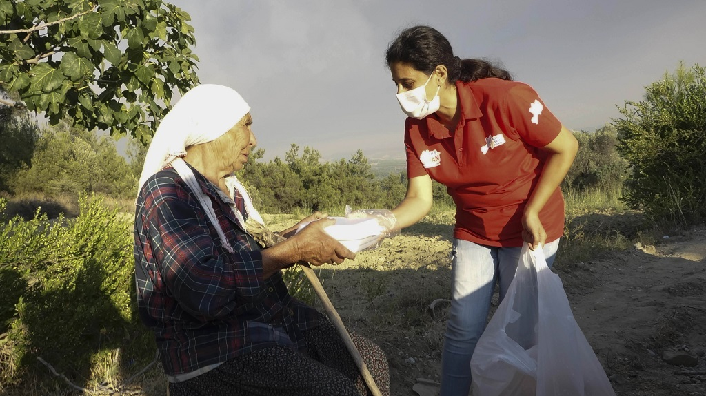 Adana Büyükşehir Belediyesi'nin ilgili tüm birimleri, yangında zarar gören halkın eksiklerinin temin edilmesi için çalışırken, ilk günden itibaren ihtiyaçların belirlenmesi ve halka ulaştırılmasında önemli görev üstlenen Derman ekibi, Başkan Zeydan Karalar'ın hassasiyetle üzerinde durduğu eksikleri karşılamak için yoğun şekilde çalışıyor.   Adana'nın Kozan, Aladağ, Karaisalı ve Sarıçam ilçelerinde yaşanan orman yangını felaketinin ardından Adana Büyükşehir Belediyesi yöre halkının ihtiyaçlarını karşılamaya, yaralarını sarmaya ve eksiklerini tamamlamaya devam ediyor. Kozan ve Aladağ'da orman yangınında zarar gören hayvan üreticilerine süt sağma makinesi dağıtan Adana Büyükşehir Belediyesi, yöre halkına bir çok konuda destek olmaya devam ediyor.   DERMAN OLMAYA DEVAM EDİYOR Yangının ilk gününden itibaren bölgede konuşlanan Derman ekipleri günlük sıcak yemek dağıtımının yanında, hasar tespitiyle birlikte halkın ihtiyaçlarını karşılıyor. Yangında ahırları hasar gören hayvan üreticilerin hasarlarını tespit eden Derman ekipleri, Kozan ve Aladağ'da Tarımsal Hizmetler Daire Başkanlığı ile birlikte süt sağma makinesi dağıttı.  GIDA İHTİYAÇLARI KARŞILANIYOR Bölgedeki yurttaşların her türlü ihtiyacına koşan Adana Büyükşehir Belediyesi Derman ekipleri, günlük sıcak yemek dağıtımına destek olarak, gıda kolisi, su ve buz dağıtımını aralıksız sürdürüyor. Kozanda faaliyete geçirilen 2 soğuk hava deposu vatandaşların ihtiyaçlarını karşılıyor. ÇOCUKLARA OYUNCAK Bölgede yaşanan felaketten en fazla etkilenen çocuklara büyük önem veren ekipler, çocuklara moral amaçlı oyuncak ve kıyafet dağıtıyor. Belediyelerin ve vatandaşların destekleriyle yardım merkezlerine ulaşan kıyafetlerde yurttaşlara ulaştırılıyor. JENERATÖR DESTEĞİ SAĞLANDI Yangınlar nedeniyle birçok bölgede elektrik kesintileri yaşanıyor. Bölgede elektriğin sağlanamadığı köy ve mahallelere jeneratör desteği verildi.  Köy ve mahallelerde bahçeleri yanan, hasar gören köylülere hortum ve diğer bahçe ve tarım ekipmanları, birçok b