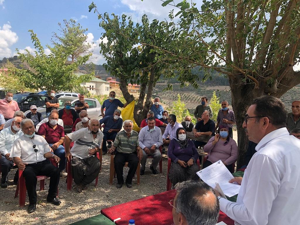 AK Parti Adana Milletvekili Abdullah Doğru  Kozan'da geçen sene 23 Ağustos'ta Kuyubeli orman yangınında evleri ve bahçeleri küle dönen vatandaşlar ile bir araya geldi