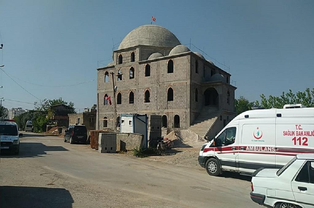 Adana'nın Kozan ilçesinde yapımı devam eden Hacımirzalı mahallesi Karacaoğlan Camii inşatında çalışan Ali Çiçek (57) isimli inşaat ustası camiinin kubbe kalıbını sökerken dengesini kaybetmesi sonucunda düşerek hayatını kaybetti. Olay İlçeye bağlı Hacımirzalı mahallesinde yapımı devam eden Karacaoğlan camii inşaatında 09:30 saatlerinde meydana geldi. İddiaya göre kalıp ustası olan Ali Çiçek (57) inşaatı devam eden camii inşaatının kubbesinin kalıbını söktüğü sırada dengesini kaybederek beton zemine düştü. Arkadaşlarının düştüğünü gören inşaattaki çalışanlar durumu 112 sağlık ekiplerine bildirdi. Olay yerine gelen 112 sağlık ekipleri yaptıkları kontrollerde Çiçek'in hayatını kaybettiğini belirledi. Polis olayla ilgili inceleme başlatırken Çiçek'in naaşı Kozan Devlet Hastanesi Morguna kaldırıldı.